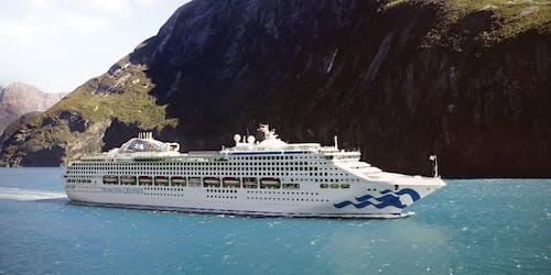 Bild från sidan på fartyget Sea Princess, i bakgrunden syns ett högt berg.