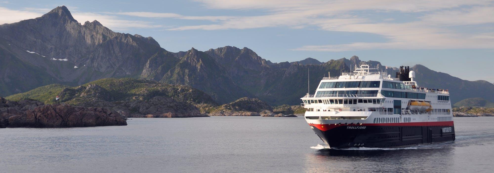 MS Trollfjord kryssar fram mellan de vackra norska fjordarna.