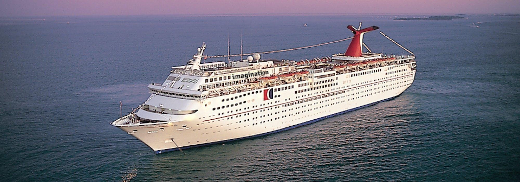 Bild från ovan tagen i solnedgången på fartyget Carnival Imagination.