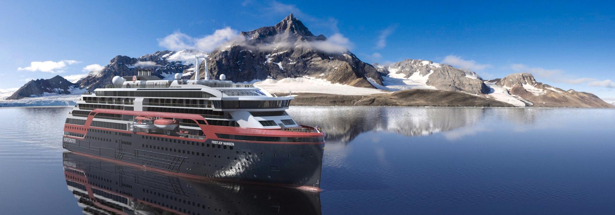Hurtigrutens fartyg MS Fridtjof Nansen glider fram i vattnet vid Svalbard och dess vackra berg i bakgrunden.