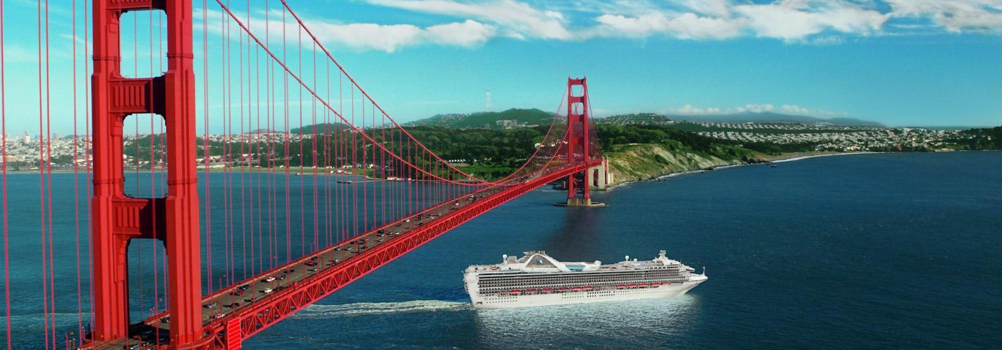 Fartyget Grand Princess kryssar under den ikoniska och röda Golden Gate-bron i San Francisco.