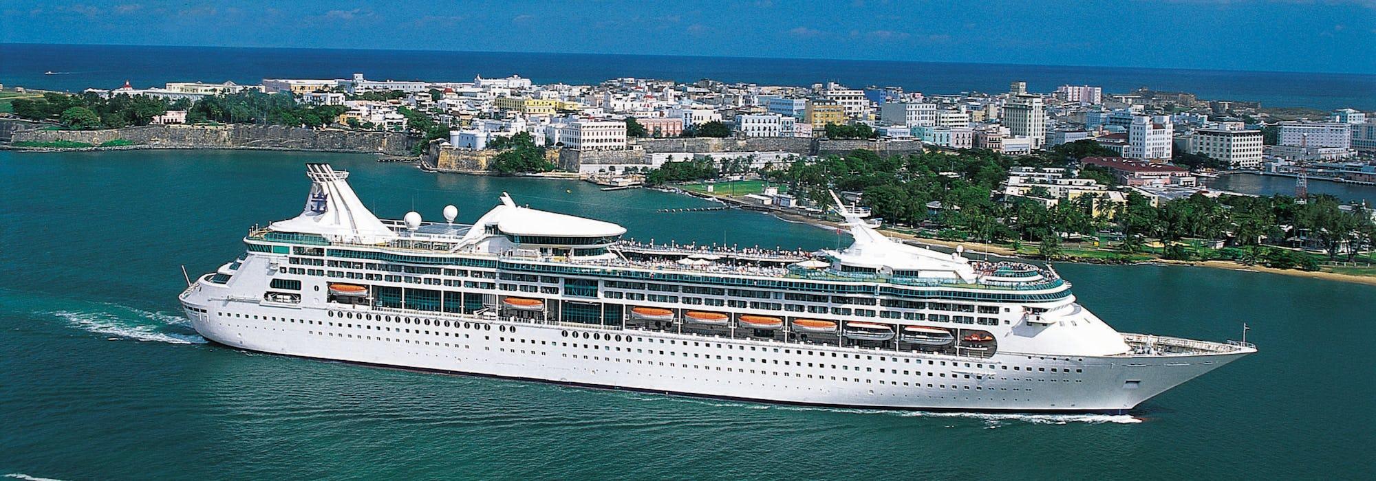 Fartyget Enchantment of the Seas kryssar förbi en mindre ö.