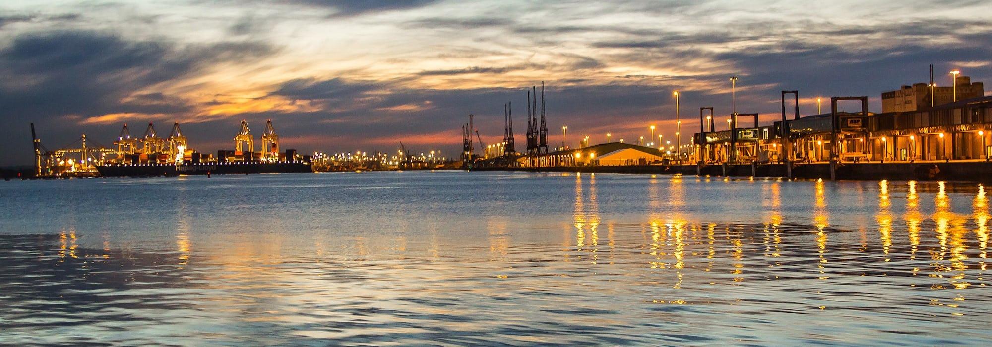 Southamptons hamn  i solnedgången med vattnet framför.