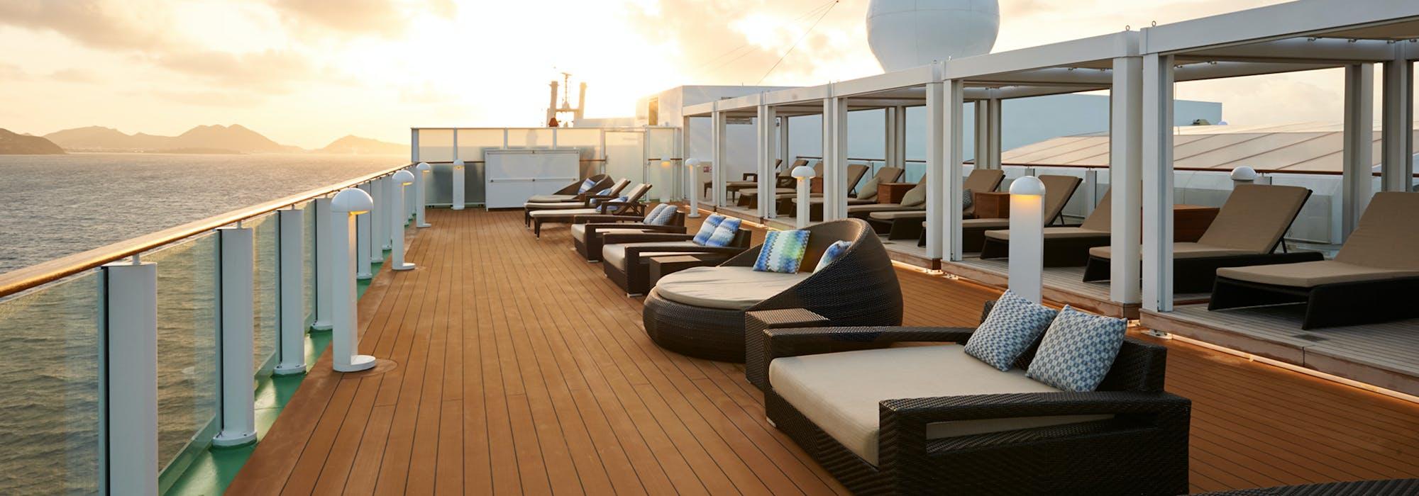 Soldäcket på The Haven i solnedgången ombord på Norwegian Gem.