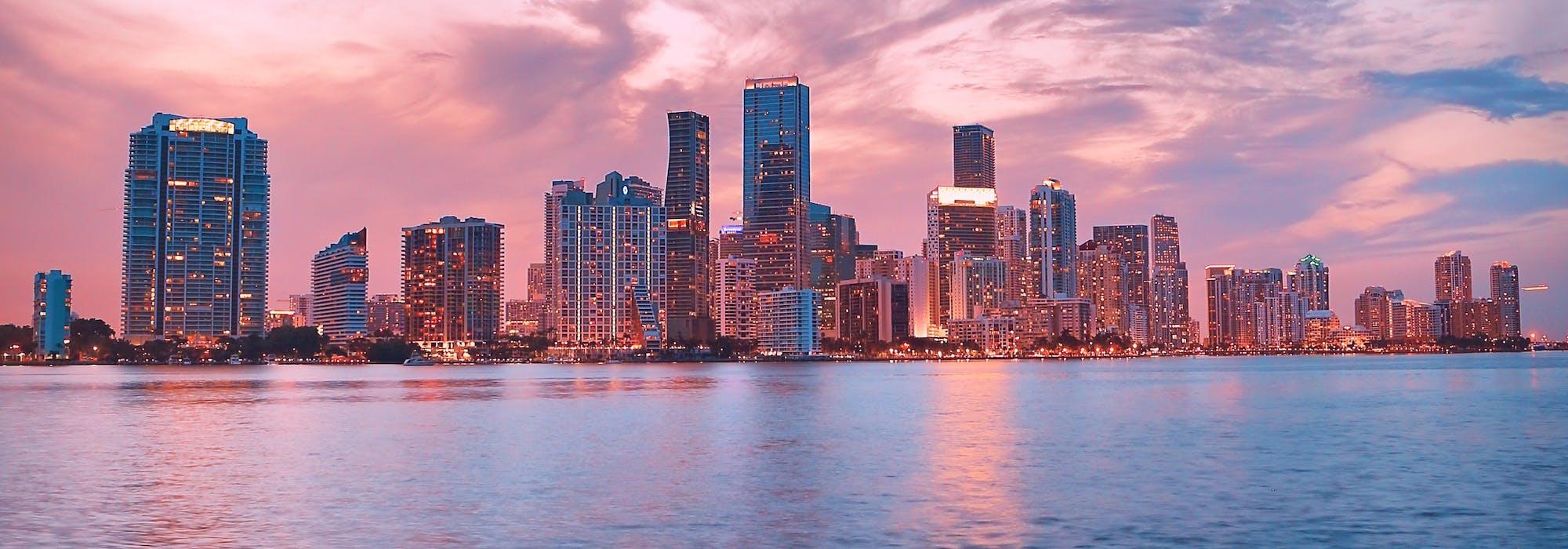 Bild på Miamis skyskrapor tagen från vattnet.