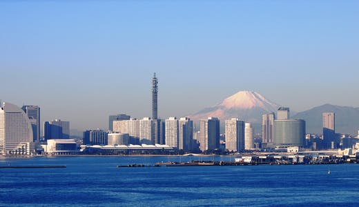 Bild på Yokohama med havet, höga byggnader och Mount Fuji i bakgrunden.