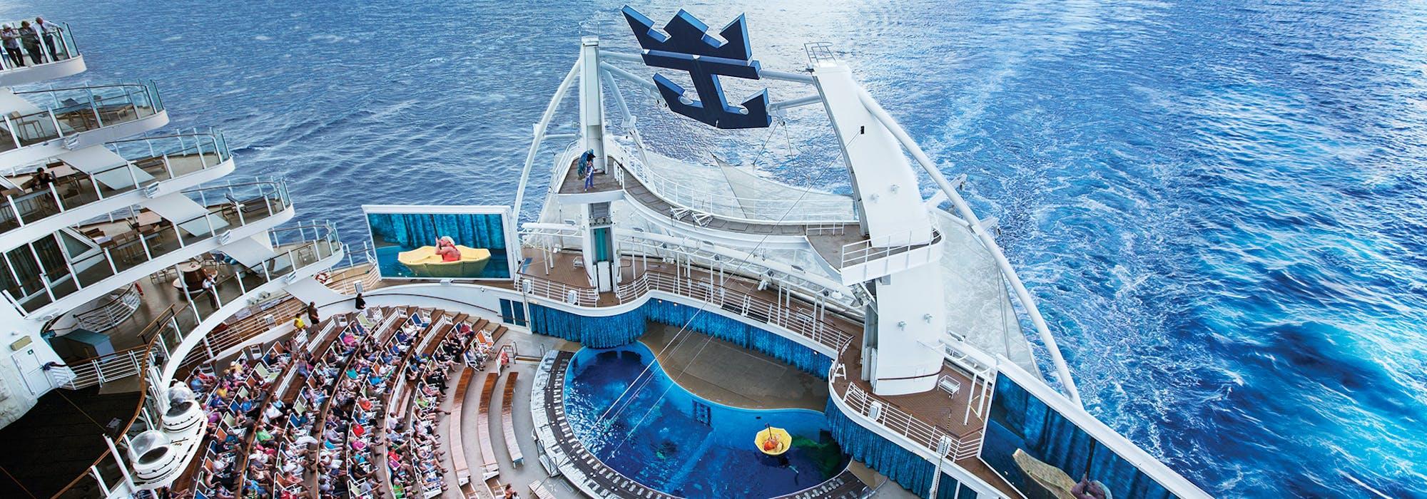 Bild taget uppifrån på Oasis of the Seas akter där en filmuppvisning genomförs inför publik.