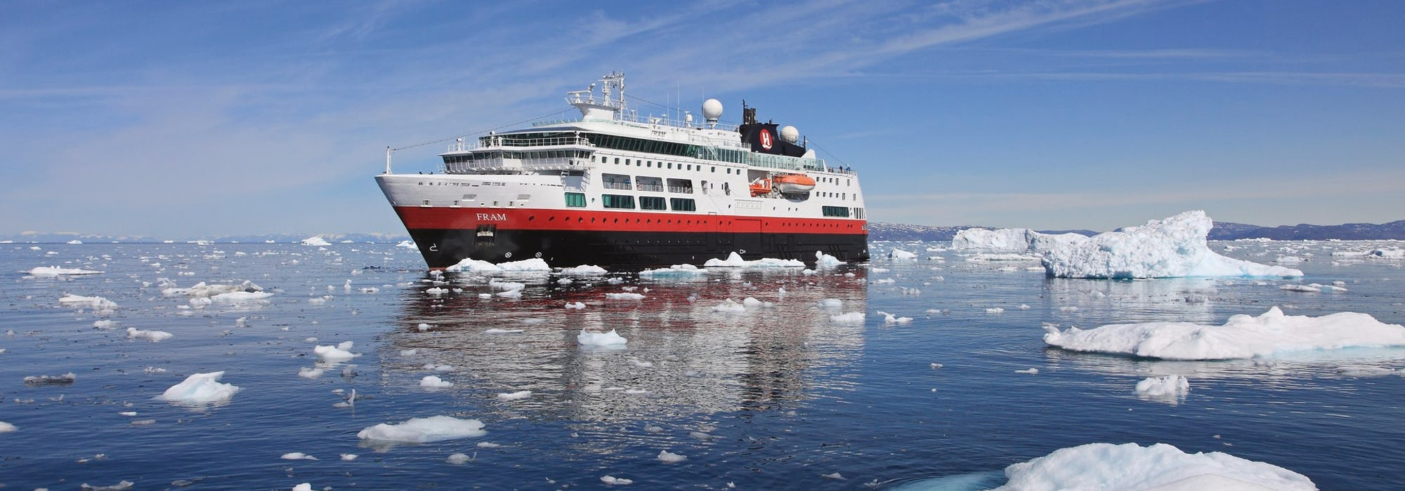 Fartyget MS Fram kryssar fram mellan de små isbergen.