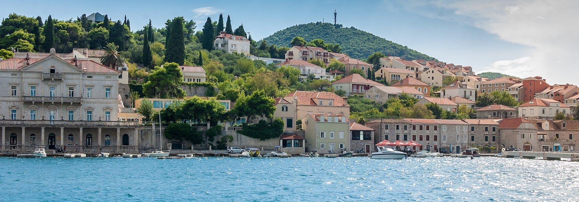 Dubrovnik i Kroatien med ljusblått vatten och färgglada byggnader.