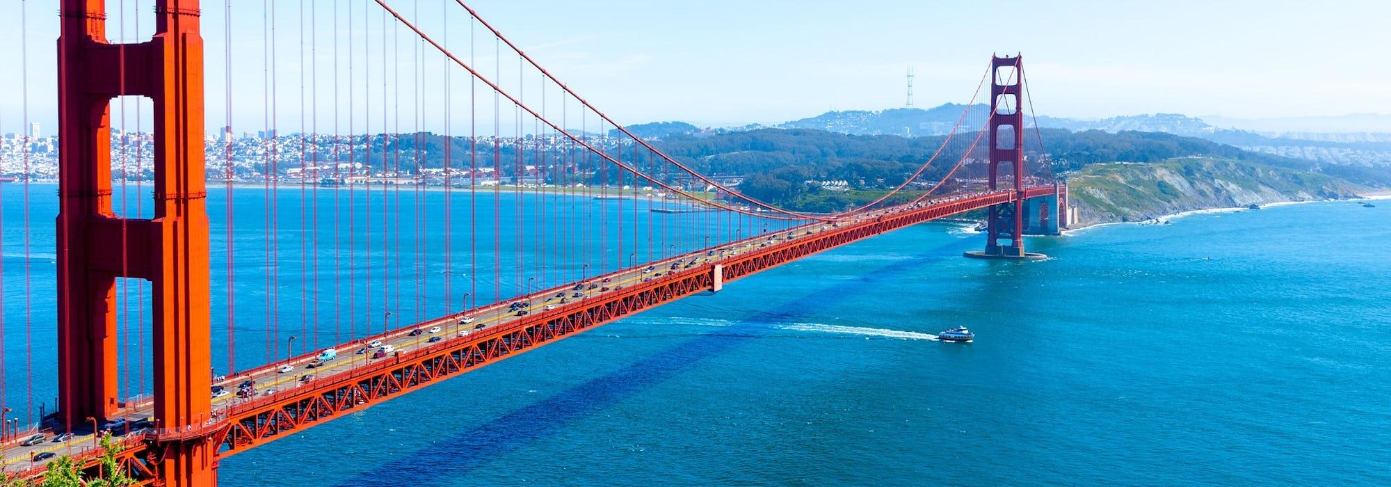Vy snett uppifrån på den ikoniska och röda Golden Gate-bron i San Francisco.