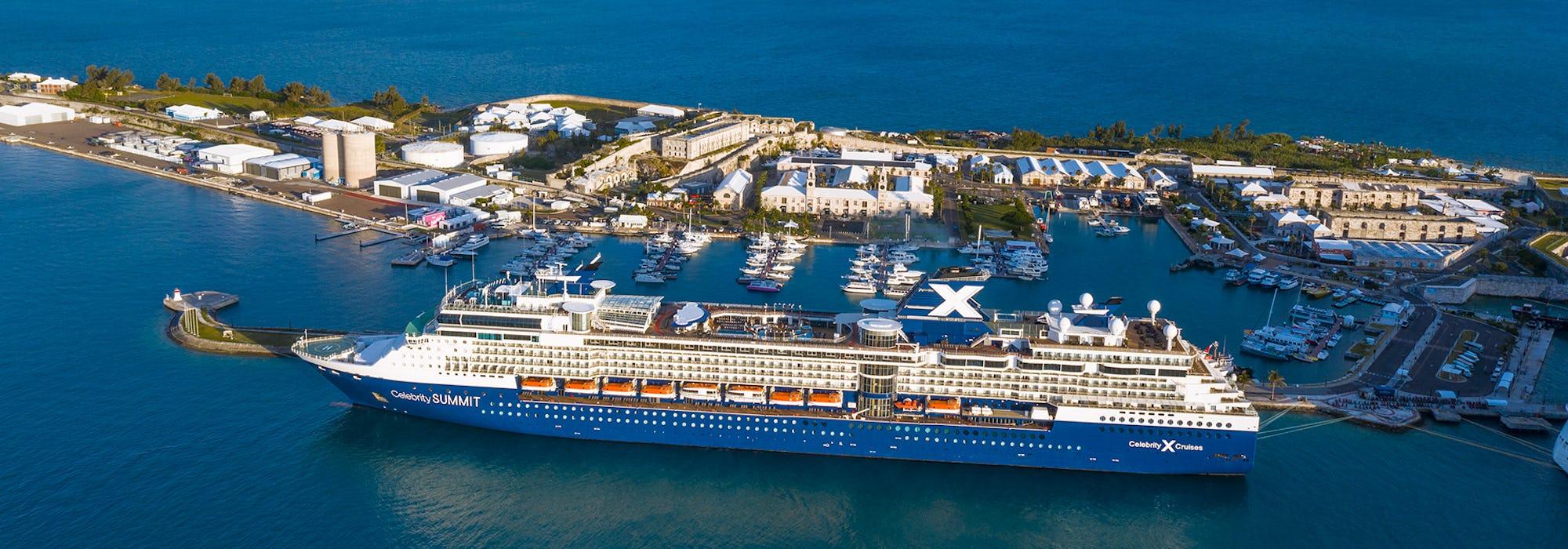 Bild från sidan på Celebrity Summit som passerar en liten ö och marina.