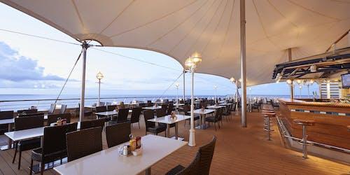 Bild tagen på en av Norwegian Suns restauranger med havet i bakgrunden.