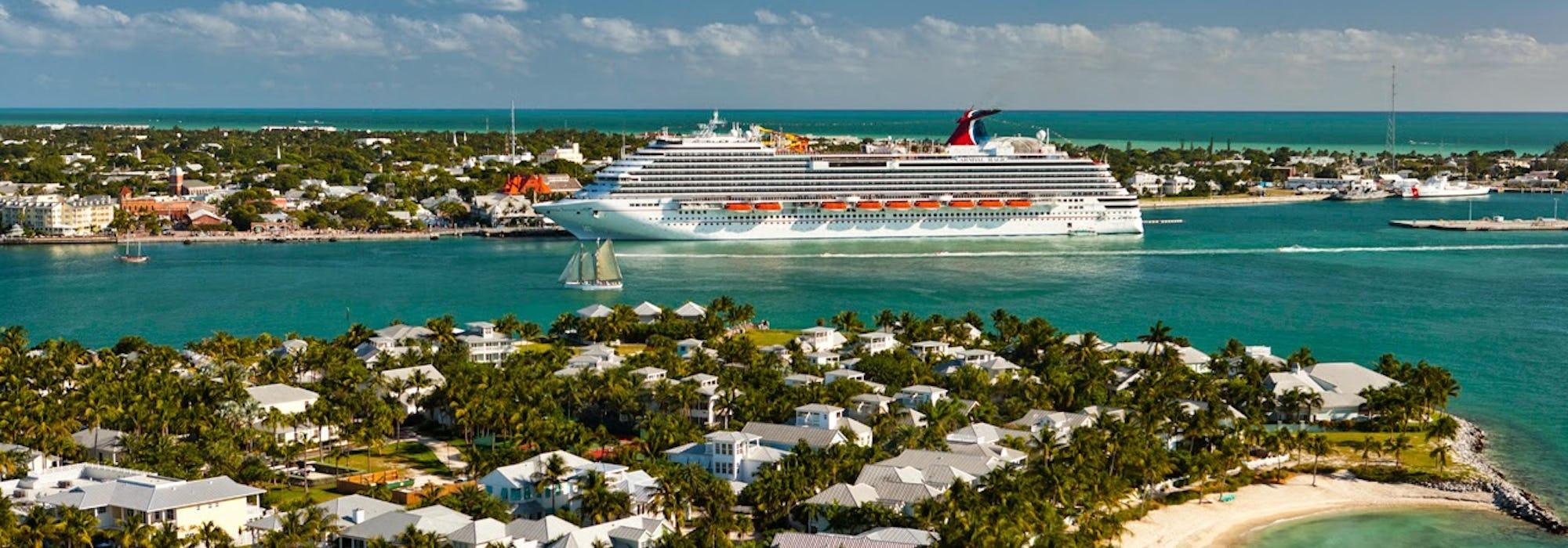 Fartyget Carnival Magic lägger till i vackra Key West.