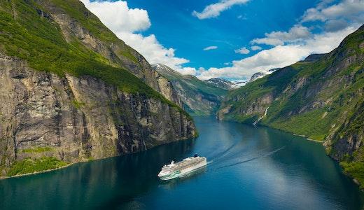 Ett Norwegian Cruise Line fartyg kryssar genom hisnande vacker natur.