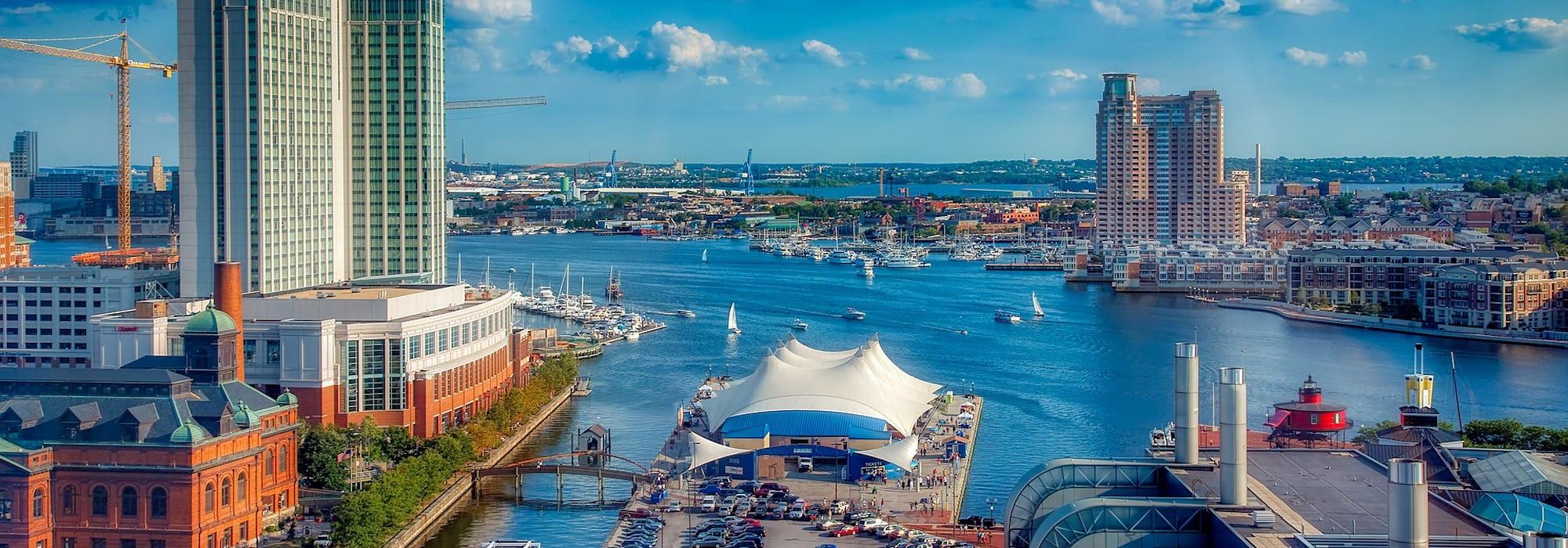 Vild tagen uppifrån på Baltimores hamn med vatten, byggnader och båtar.