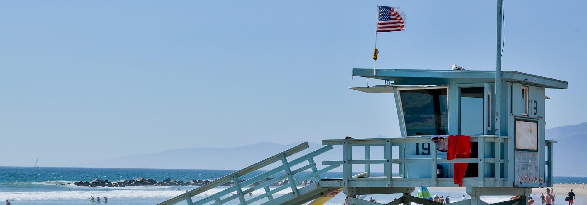 En strand i Los Angeles med ett mindre hus för livräddning på stranden.