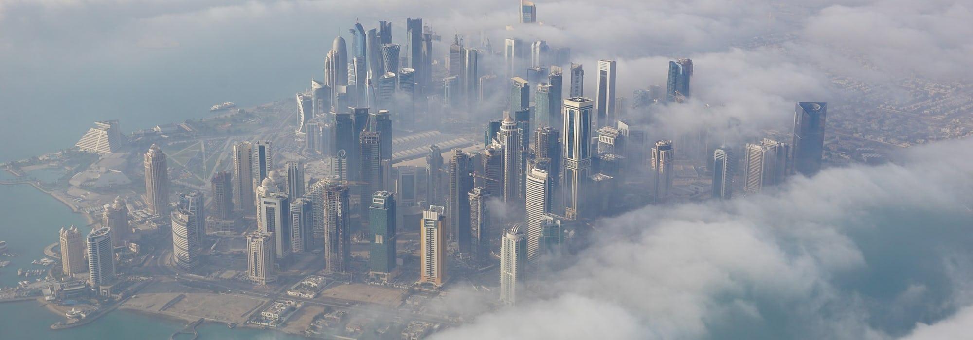 Bild tagen från ovan på Doha's mäktiga skyline.