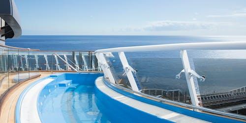 Bild från MSC Meraviglias pooldäck ut över öppet hav.