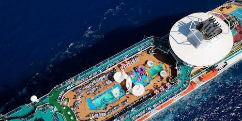Bild tagen från ovan på Majesty of the Seas toppdäck med pool- och soldäck.