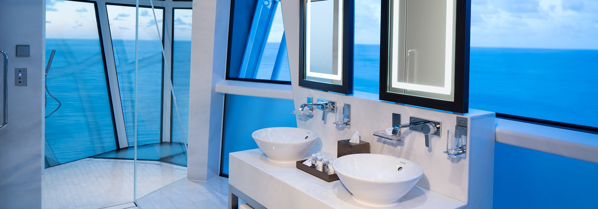 Bild på badrummet på en av hytterna på Celebrity Reflection.