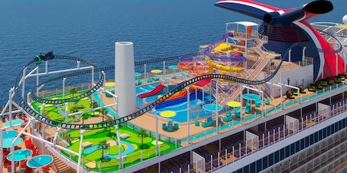 Översiktsbild på nya fartyget Mardi Gras övre etage med berg-och-dalbana, pooler, minigolf och vattenrutschbanor.