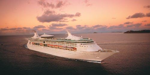 Bild tagen snett uppifrån på Grandeur of the Seas i solnedgången.