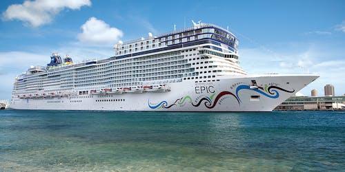 Fotografi på Norwegian Epic från sidan när fartyget ligger i hamn.