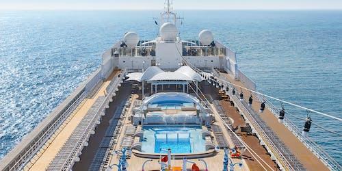 Bild på MSC Liricas pool- och soldäck.