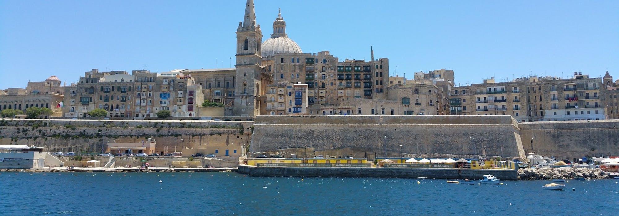 Bild på havet och Vallettas byggnader och stenmur.