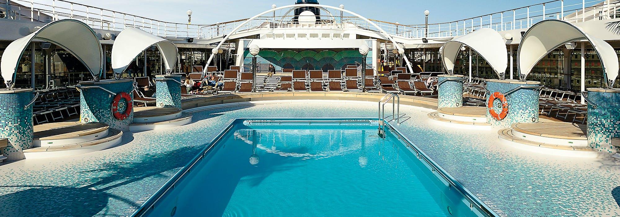 Bild på MSC Orchestras interiör med en stor pool i fokus.