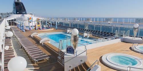 Bild på MSC Operas fantastiska poolområde.