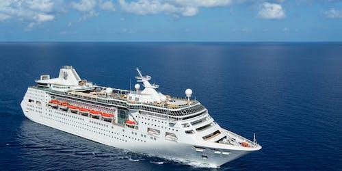 Bild snett från ovan på fartyget Empress of the Seas som kryssar sig fram i vattnet.