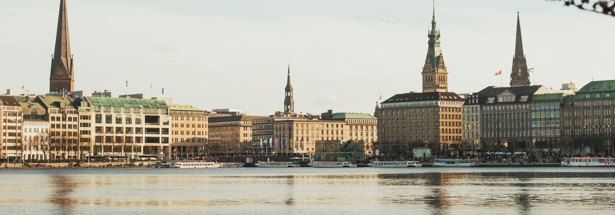 Bild på Hamburg med havet i förgrunden och byggnader i bakgrunden.
