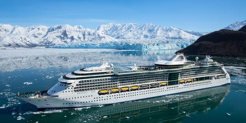 Radiance of the Seas kryssar sig fram i Alaskas vackra natur.