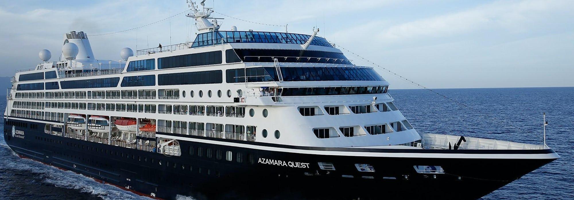 Bild snett från sida på Azamara Quest som kryssar fram i det mörkblå havet.