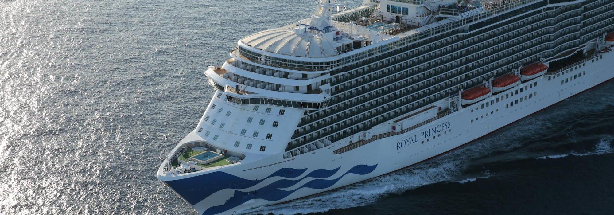 Bild snett från sidan på fartyget Royal Princess.