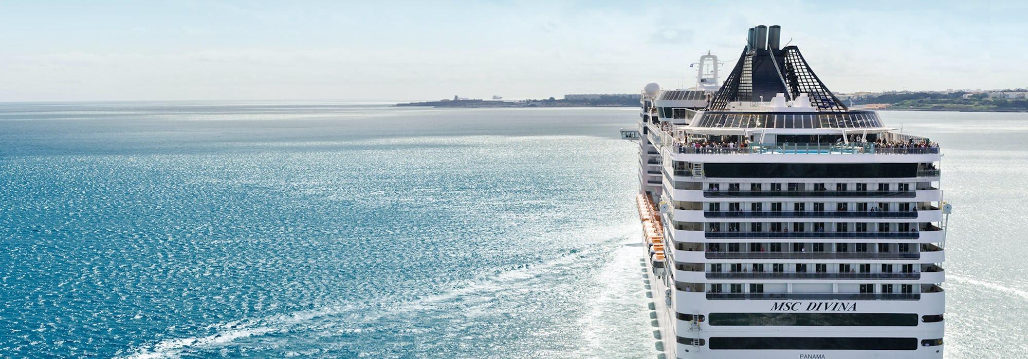 Bild på aktern på MSC Divina som närmar sig en hamn.
