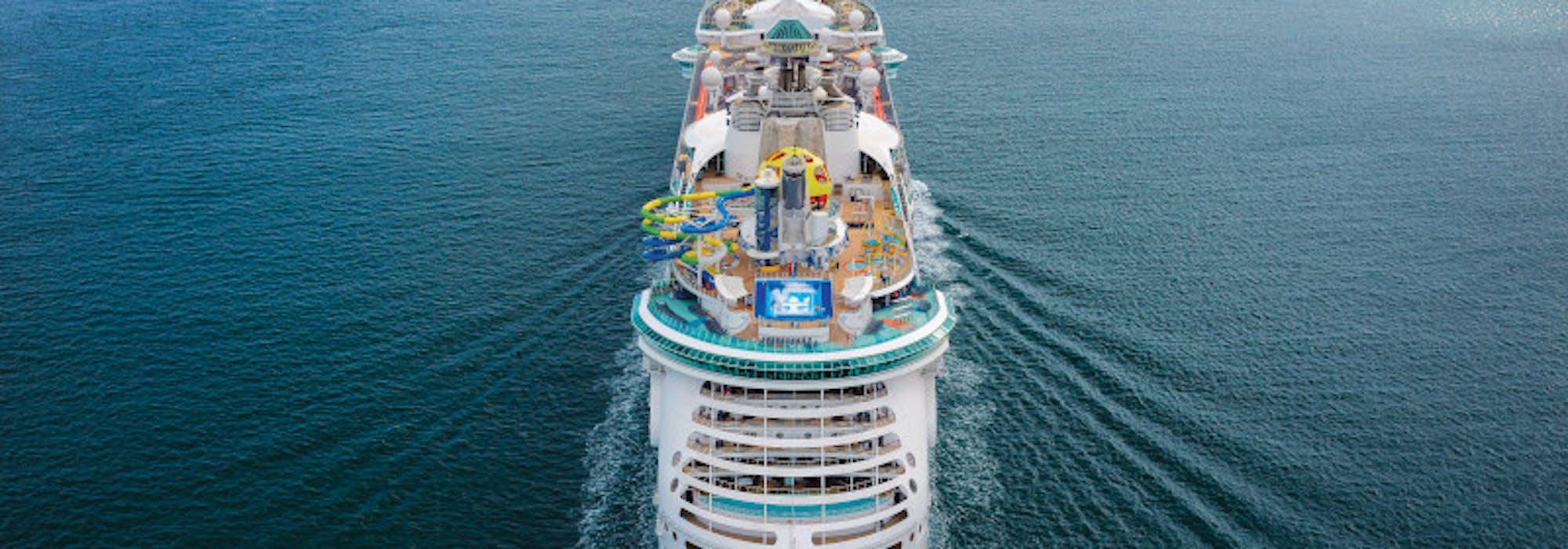 Bild tagen bakifrån på Independence of the Seas som kryssar på öppet hav.