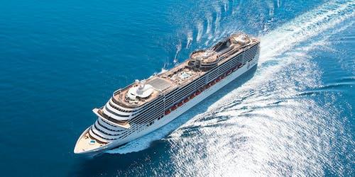 Fartyget MSC Fantasia ovanifrån på öppet hav.