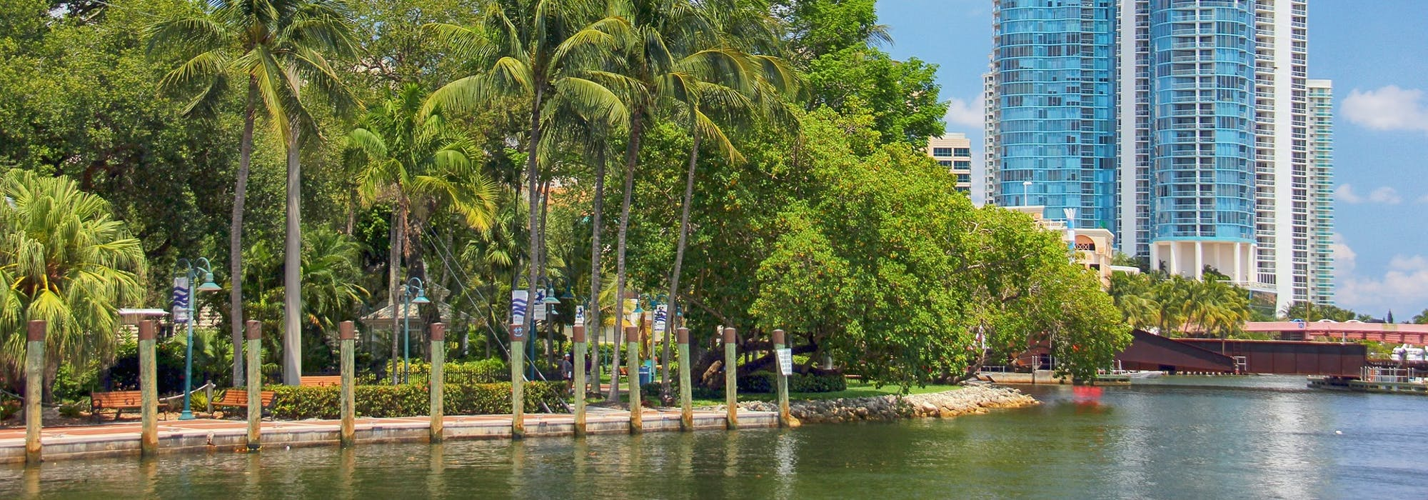 Fort Lauderdale med havet i nedkant, palmer och ett vitt och blått höghus till höger i bild.