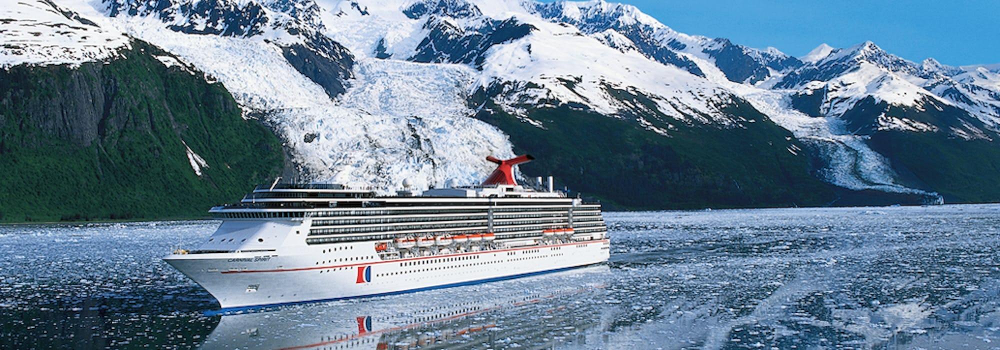 Carnival Spirit kryssar fram i Alaska med snötäckta berg i bakgrunden.
