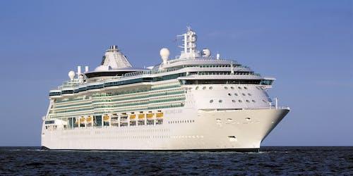 Bild på Brilliance of the Seas tagen framifrån när fartyget kryssar fram på öppet hav.