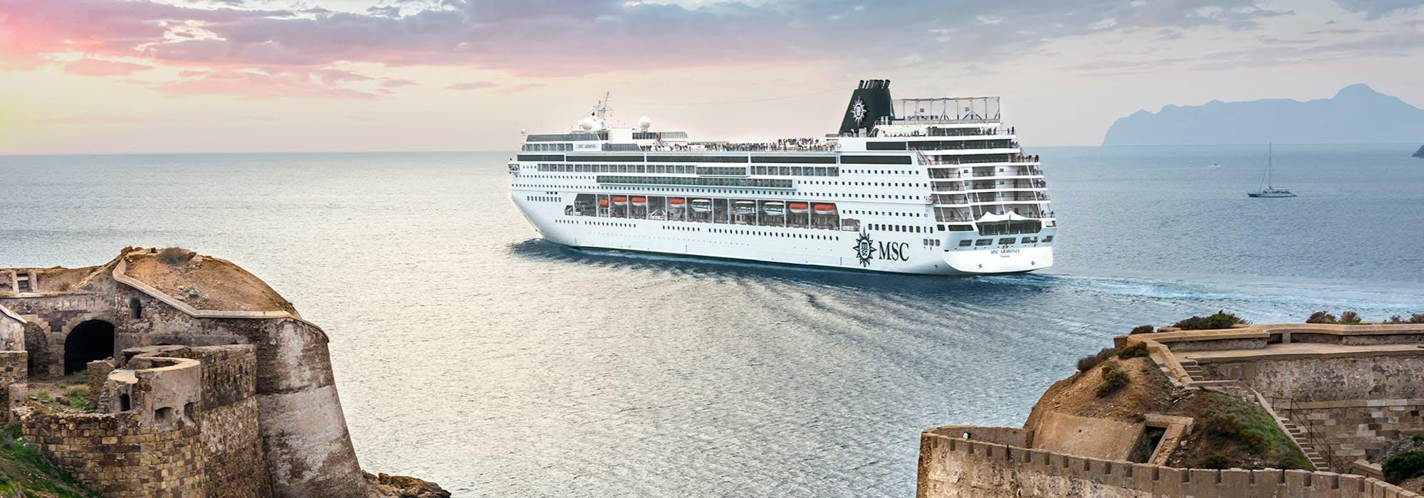 Fartyget MSC Armonia utanför en kust i Medelhavet.
