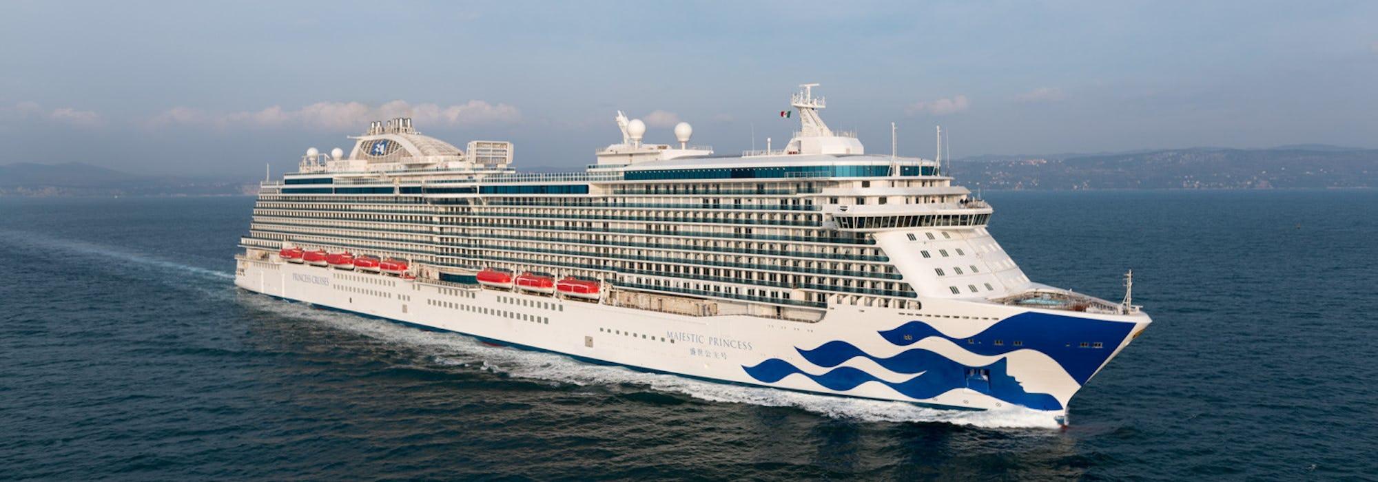 Fartyget Majestic Princess kryssar fram i vattnet.