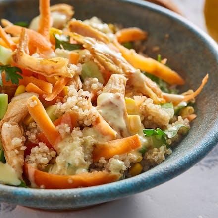 Quinoasalat med kylling og yoghurtsaus