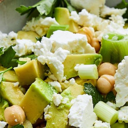 Salat med feta, avokado og kikerter
