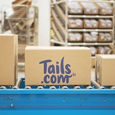Eine tails.com Box in der Fabrik