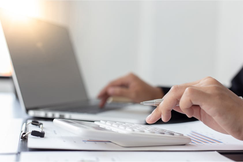 Steuern berechnen Taschenrechner Laptop Schreibtisch