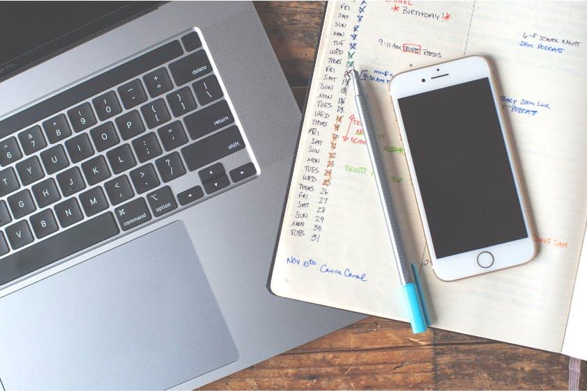 Urlaubsplanung Absprache Arbeitsplatz Laptop Smartphone