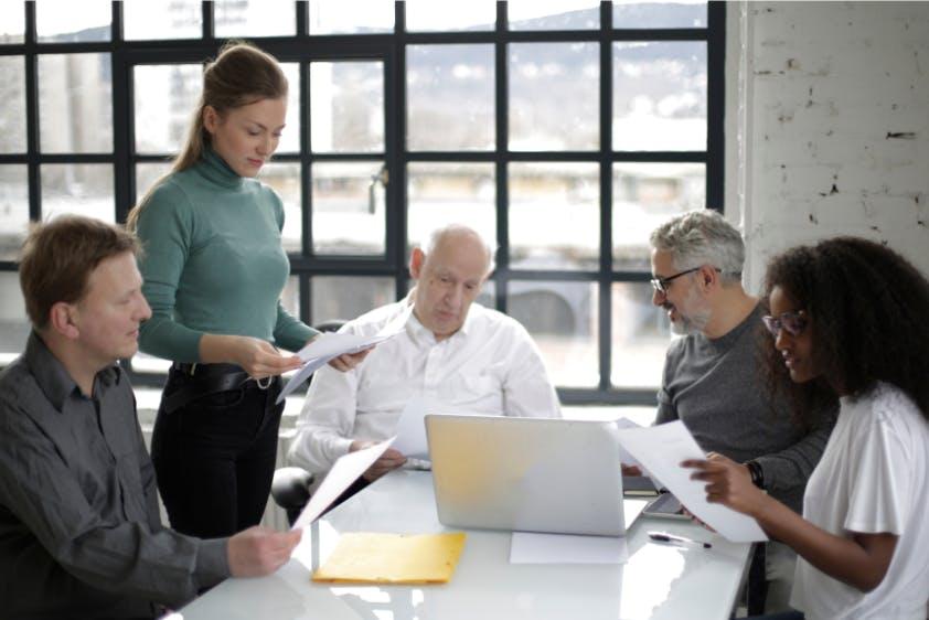 Besprechung Gruppe Geschäftsunterlagen